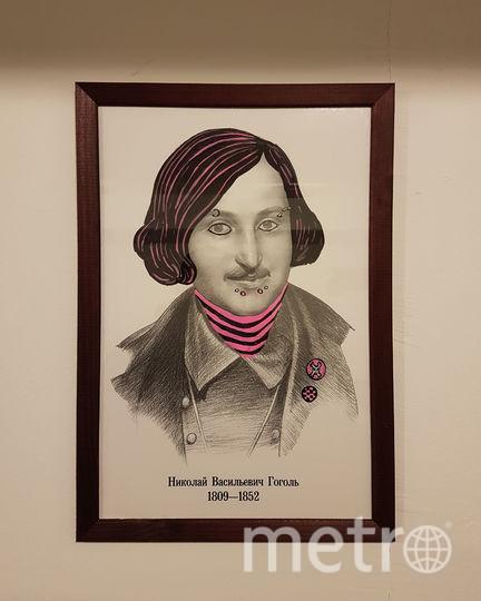 Гоголь, как и эмо-молодёжь, обзавёлся атрибутикой чёрно-розового цвета. Фото Василий Кузьмичёнок