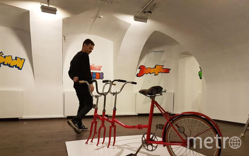 У художника был такой же велосипед, у которого во время езды однажды вылетело колесо. Слава заработал шрам, а экспонат прозвал «Шрам на всю жизнь». Фото Василий Кузьмичёнок