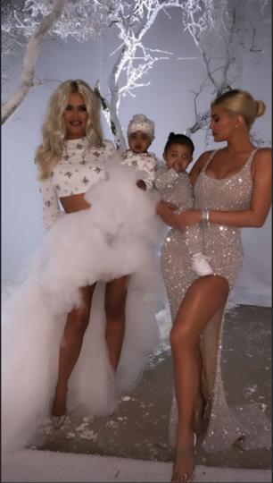 Хлое Кардашьян и Кайли Дженнер с дочерьми. Фото Скриншот https://www.instagram.com/kyliejenner/