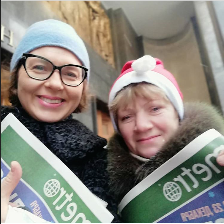 "Эльф Майя раздаёт газету Metro на ""Бауманской"". Фото GALINACHE"