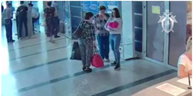 Передача малышки в аэропорту Омска петербурженке.