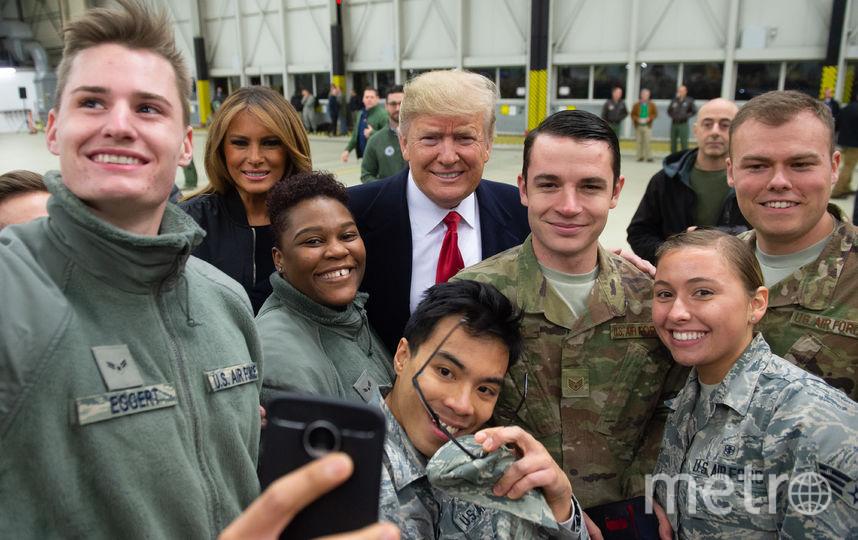 Дональд и Мелания Трамп с американскими военнослужащими на базе Рамштайн. Фото AFP