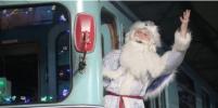 Новогодний ретросостав вышел на линию в Петербурге: Дед Мороз вручил подарки