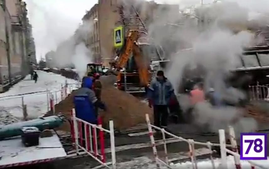 В Петербурге из-за прорыва трубы полсотни домов остались без тепла. Фото скриншот видео www.78.ru