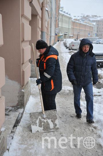 """Уборка снега в Петербурге идет круглосуточно. Фото Святослав Акимов, """"Metro"""""""