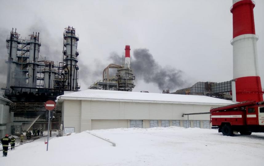 В Уфе горел нефтеперерабатывающий завод. Фото vk.com/mchsrb