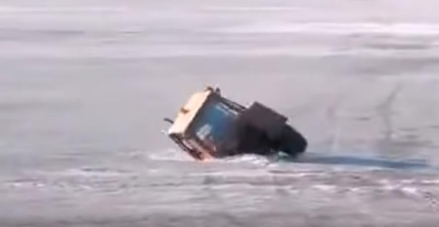 В Тверской области трактор провалился под лёд на реке. Фото Скриншот https://www.youtube.com/watch?v=k2aFRoQ8x0I
