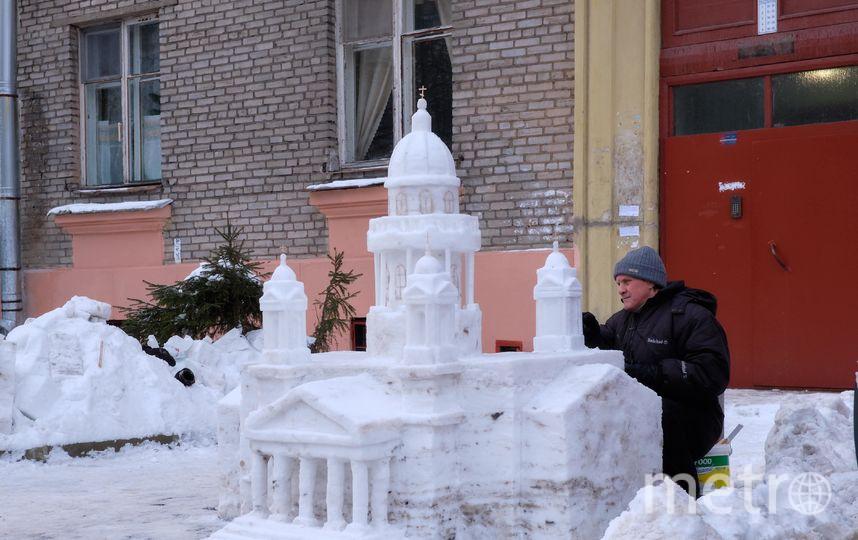 """Владимир Кузьмин возвёл у себя во дворе на Ланском шоссе Исаакиевский собор из снега. Фото """"Metro"""""""