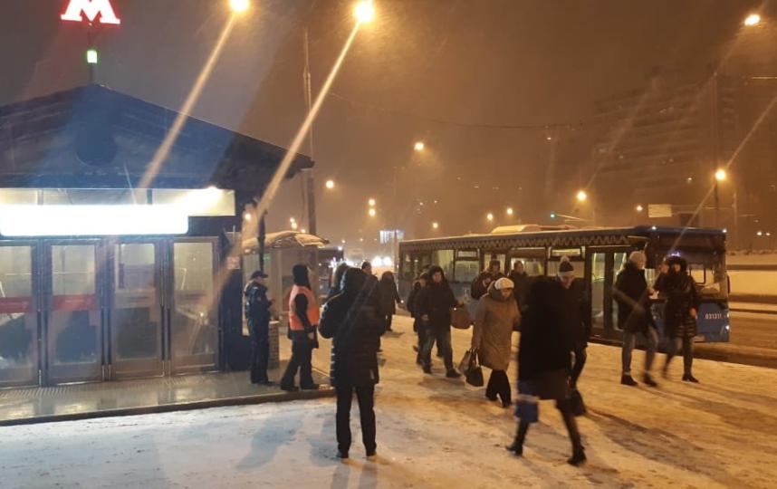 между закрытыми станциями курсируют бесплатные автобусы. Фото Скриншот twitter.com/mosgortrans_ru.