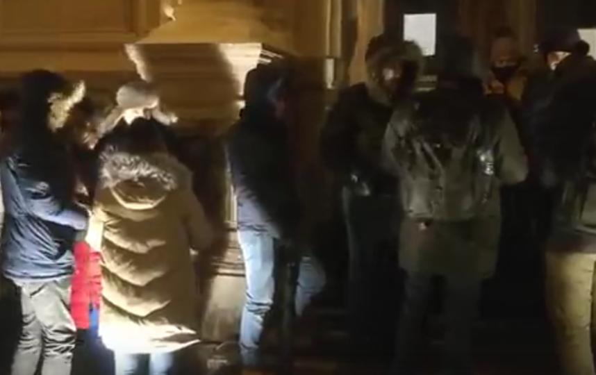 В Петербурге 200 пар встали в очередь ради красивых свадебных дат. Фото Скриншот видео с места, vk.com