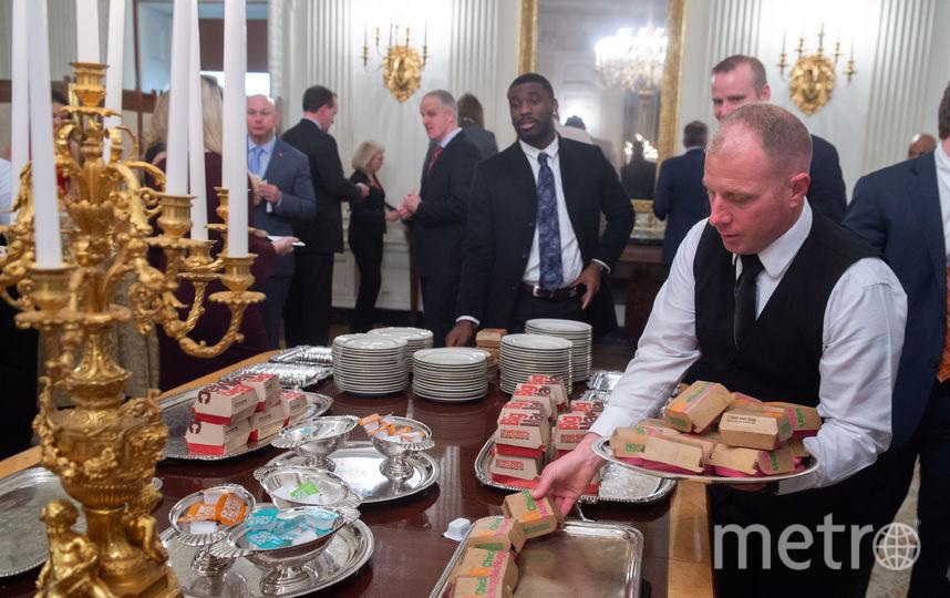 Президент США заказал пиццу, картошку фри, десятки салатов и около 300 бургеров из популярных ресторанов фастфуда. Фото AFP