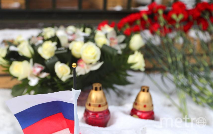 В Калининграде оставляют цветы и свечи у консульства Польши. Фото Getty