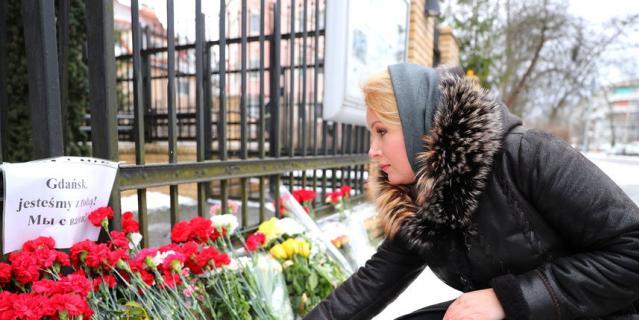 В Калининграде оставляют цветы и свечи у консульства Польши.