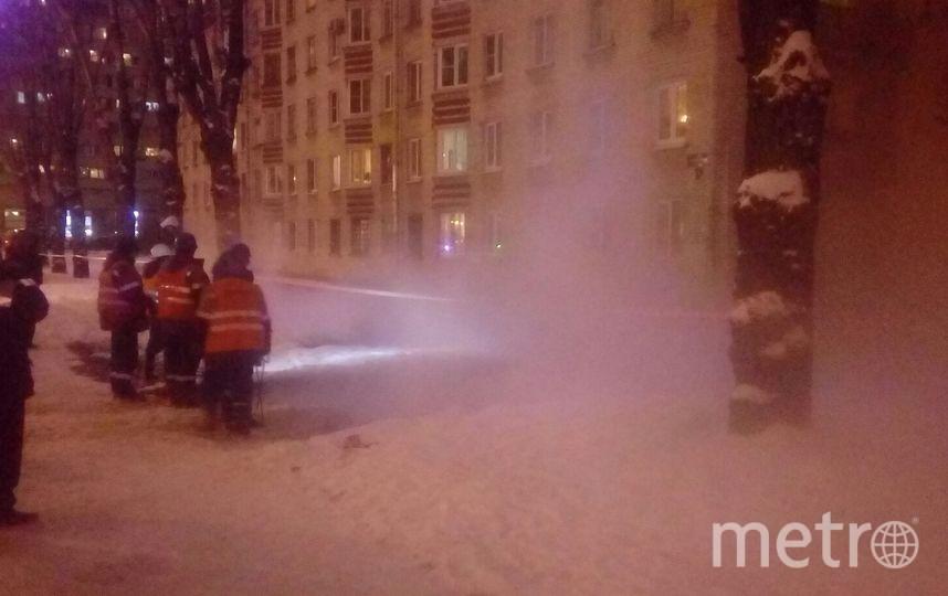 Машины провалились в яму с кипятком. Фото https://vk.com/spb_today, vk.com
