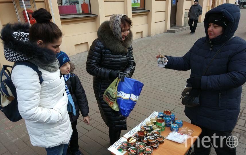 """Нелегальная продажа икры возле метро в Петербурге. Фото """"Metro"""""""