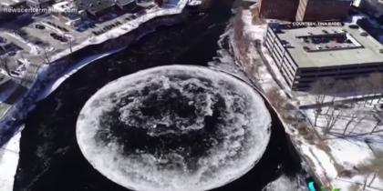 Гигантский ледяной диск на реке в США сняли на видео