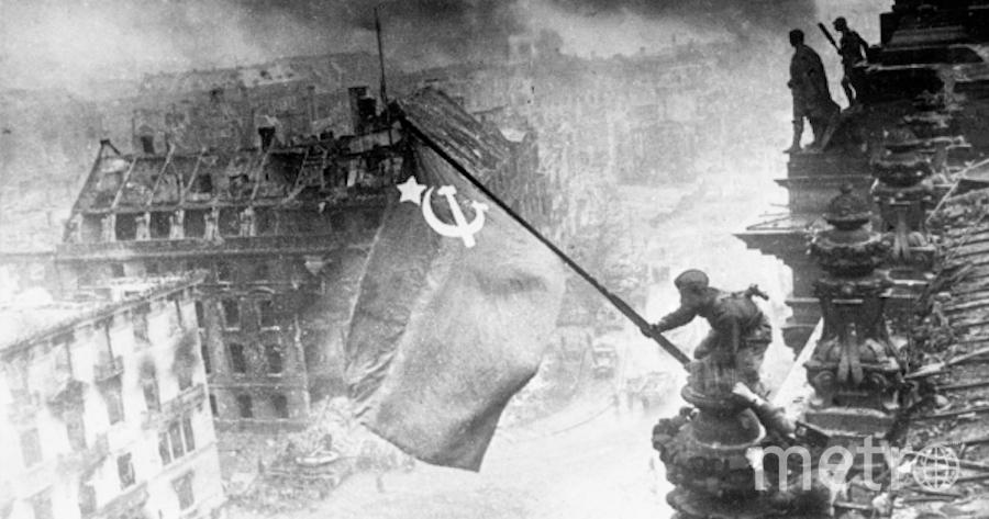 Знамя Победы на здании Рейхстага в Берлине. Фото Евгений Халдей, РИА Новости