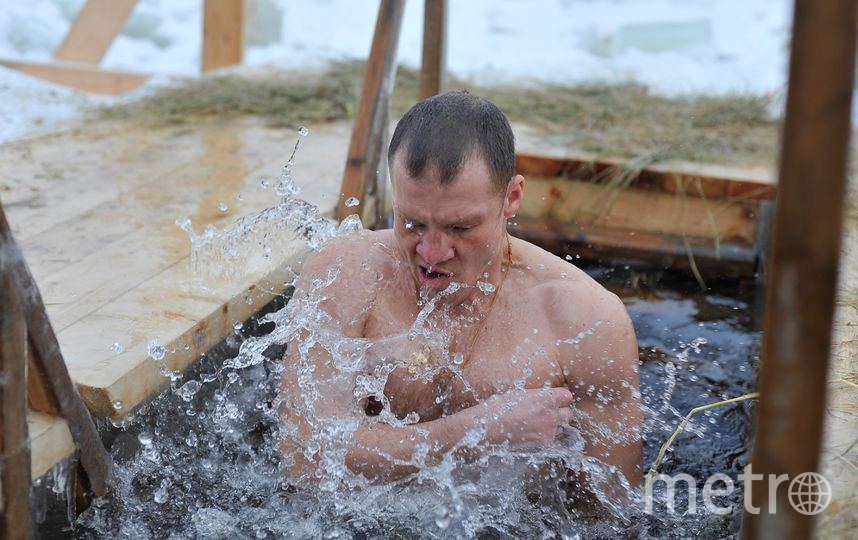 """Вот так окунались на Неве в Крещение в прошлые годы. Фото Максим Томарев, """"Metro"""""""