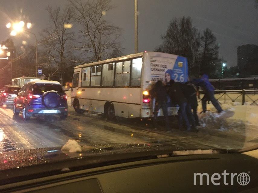 """Вот лишь несколько примеров солидарности пассажиров. На маршала Блюхера пассажиры толкали маршрутку. Фото https://vk.com/spb_today, """"Metro"""""""