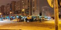 Пассажиры толкали автобусы в снегопад в Петербурге и получили благодарность