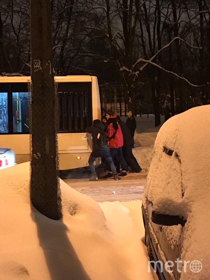 """Вот лишь несколько примеров солидарности пассажиров. На остановке """"Улица Черкасова. Школа""""' застрял еще один автобус. Фото https://vk.com/spb_today, """"Metro"""""""