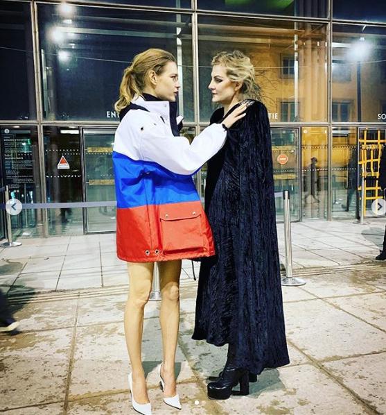 Наталья Водянова и Рената Литвинова на показе Vetements. Фото https://www.instagram.com/p/Bsv_s8tHuSD/