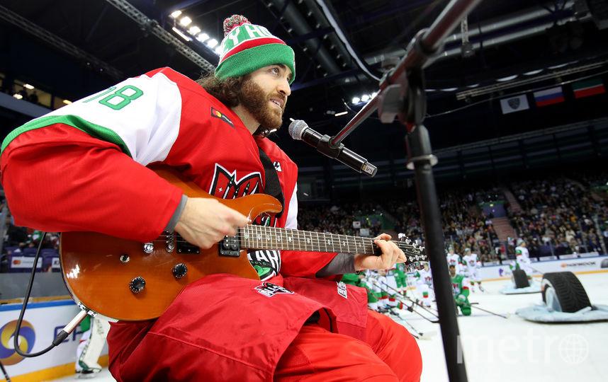 Мэтью Майоне поёт песню. Фото Photo.khl.ru, Голованов Андрей, Юрий Кузьмин, Владимир Беззубов