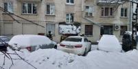 В Петербурге снег уронил козырёк подъезда: прокуратура начала проверку
