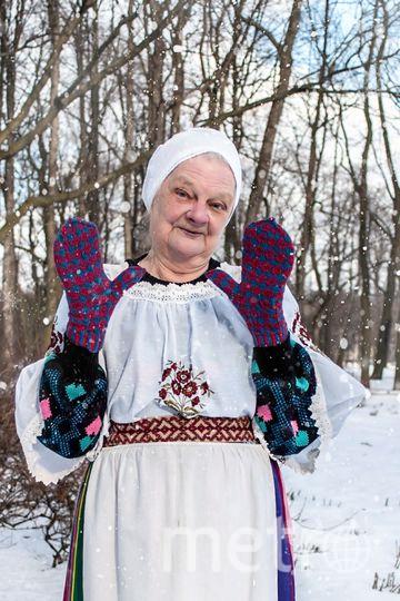 Больше всего бабушки любят вязать из шерсти красных, синих и жёлтых оттенков. Часть цветов они получают с помощью природных красителей. Фото Екатерины Бредис, Предоставлено организаторами