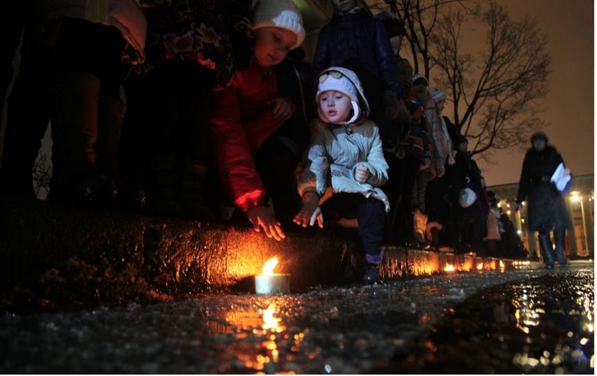 """Фото с акции """"Свеча памяти"""" прошлых лет. Фото gov.spb.ru, """"Metro"""""""