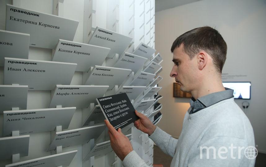 Оборотная сторона каждой таблички - чёрного цвета. Там имена спасённых евреев. Фото Василий Кузьмичёнок