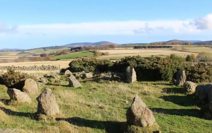 Каменный круг возвёл один из фермеров. Фото Скриншот https://www.youtube.com/watch?v=7Jd3ubsNbXI, Скриншот Youtube