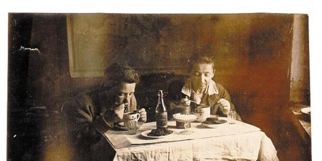 Варвара Гаврилина и ее сын Анатолий встречают новый, 1942 год.