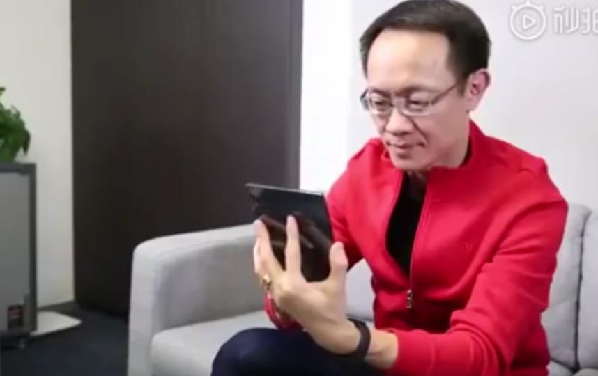В Сети показали модель складного смартфона. Фото скриншотт видео www.m.weibo.cn/