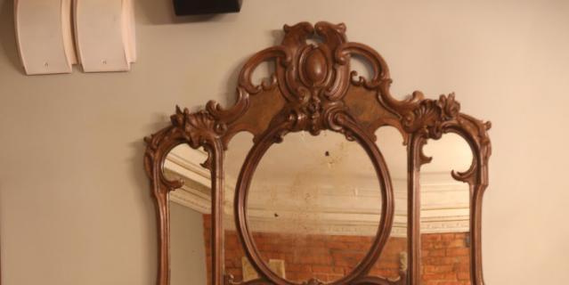 "Это зеркало на время ремонта ""жило"" на даче Иосифа Райхельгауза."