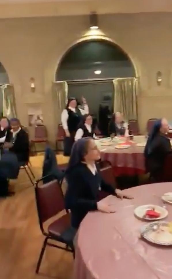 Монахини исполняют песню группы Queen. Фото Скриншот Facebook