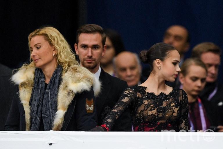 Алина Загитова с тренерами Этери Тутберидзе и Даниилом Глейхенгаузом. Фото AFP