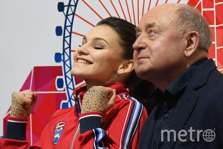 Софья Самодурова с тренером Алексеем Мишиным. Фото AFP