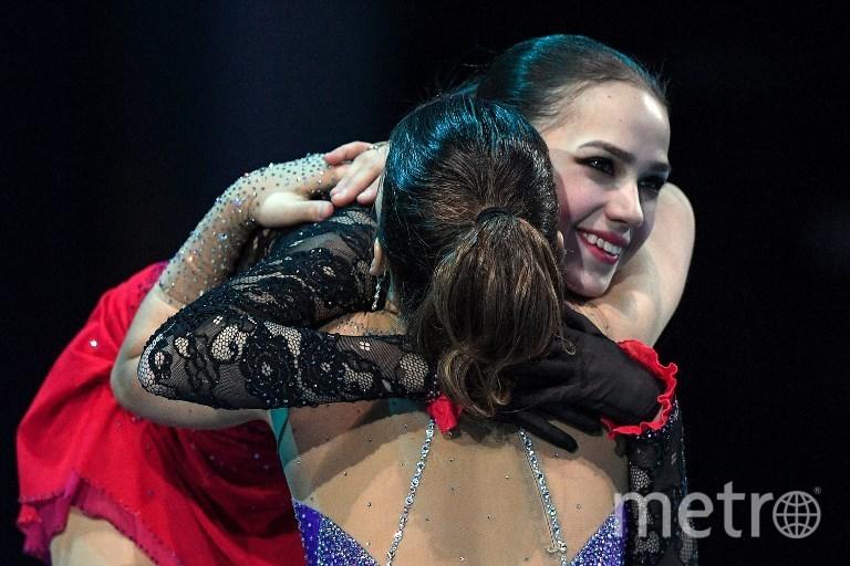 Алина Загитова поздравляет Софью Самодурову. Фото AFP