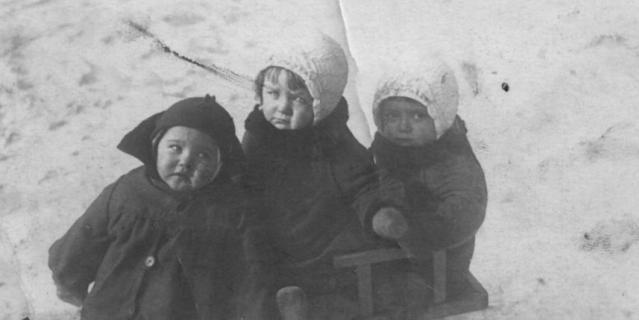 Двойняшки Нина и Валя (в одинаковых шапочках) с двоюродной сестрой.