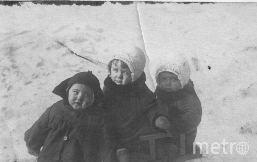 Двойняшки Нина и Валя (в одинаковых шапочках) с двоюродной сестрой. Фото фото предоставлены героями публикации и их родственниками.