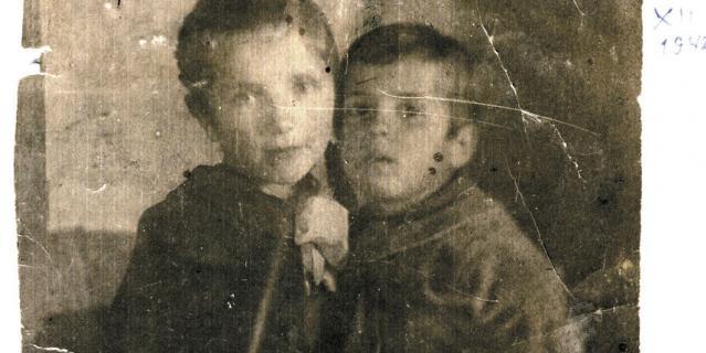 6-летняя Ира Калинина с братом Эриком.