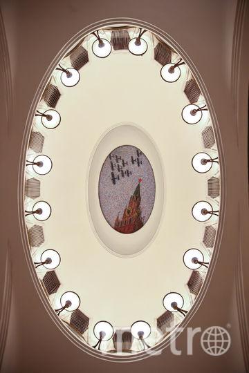 """""""Спасская башня днём"""". Эта и другие мозаики на «Маяковской» были набраны в мастерской художника Владимира Фролова в Ленинграде. Фото Василий Кузьмичёнок"""