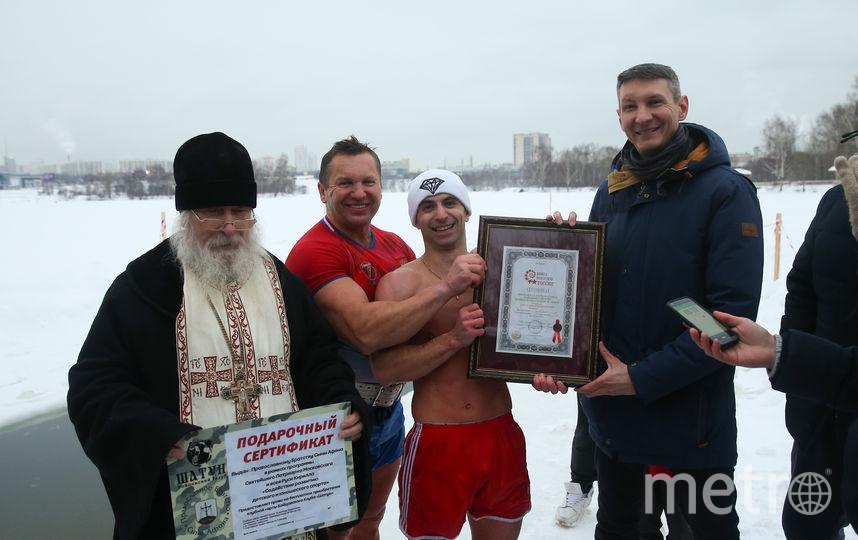 Рекорд установил Андрей Лобков (в центре). Перед выполнением упражнения его благословил батюшка. Фото Василий Кузьмичёнок