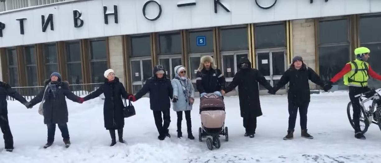 Петербуржцы окружили кольцом СКК. Фото Скриншот Youtube