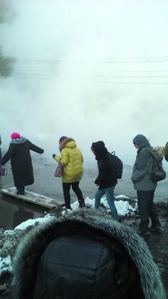 Горожанам пришлось преодолевать потоки горячей воды. Фото Илья Самсонов, vk.com