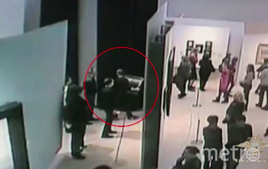 Красным кружком обозначен похититель. Фото AFP