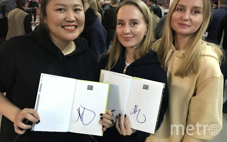 Зрительницы с автографами Шараповой. Фото Getty