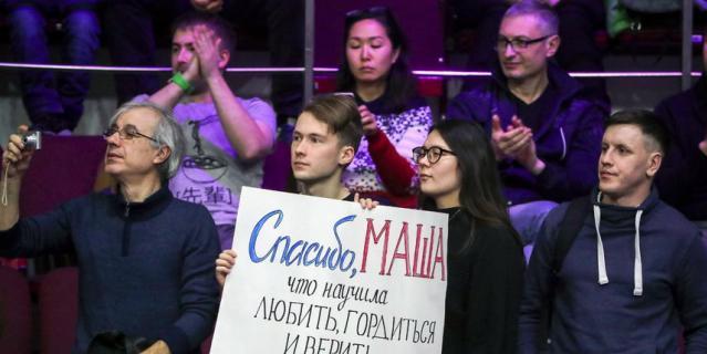 Студентка Марина Бережнова держит баннер со словами поддержки в адрес Марии Шараповой.