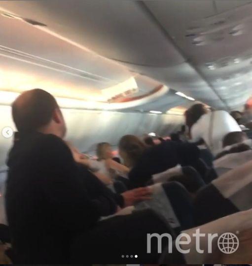 """Фото и видео снимала на борту одна из пассажирок. Фото /, """"Metro"""""""